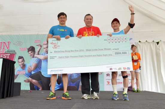 Mr See Hak Loo walks away with a whooping $88,888 in cash by winning the giant hong bao in the MediaCorp Hong Bao Run